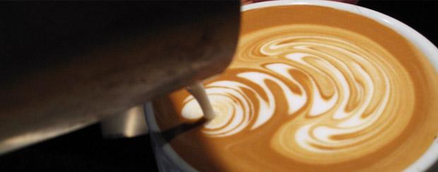 Barista kreslí do kávové pěny