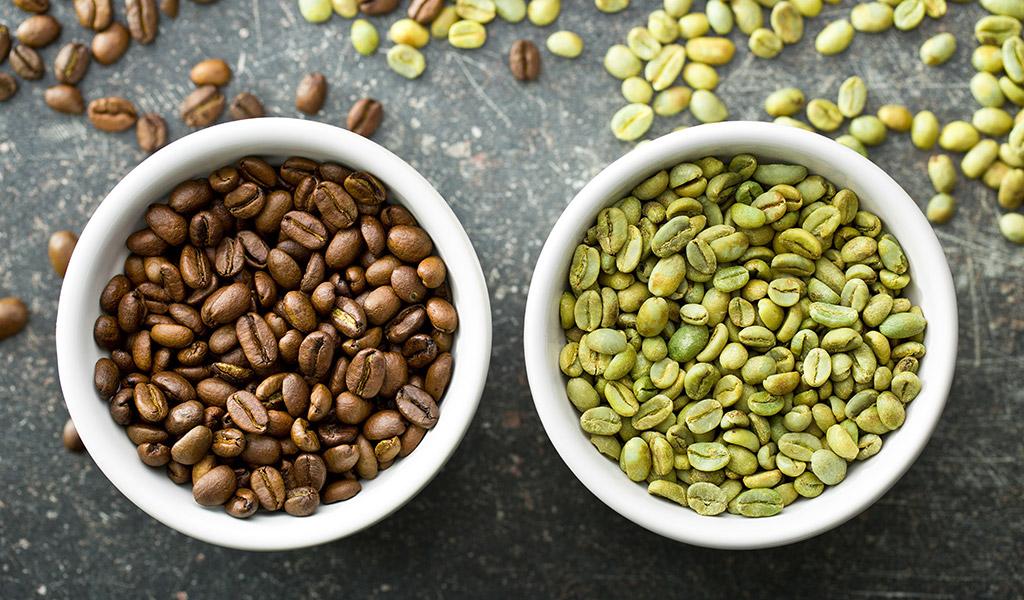 Vlevo pražená zrnka, vpravo nepražená, zelená káva
