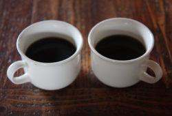 Poznáte, který z šálků obsahuje kávu bez kofeinu?