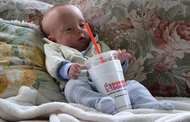 Tohle dítě si asi dalo bezkofeinovou kávu