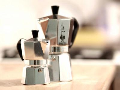 Jedna z možností je příprava kávy v moka konvičce.