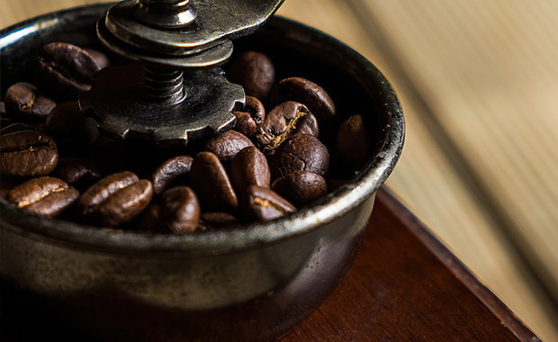 Detail násypky mlýnku na kávu