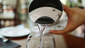 Běžná voda z kohoutku může zničit kávovar
