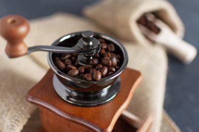 6 způsobů jak umlít kávu bez mlýnku