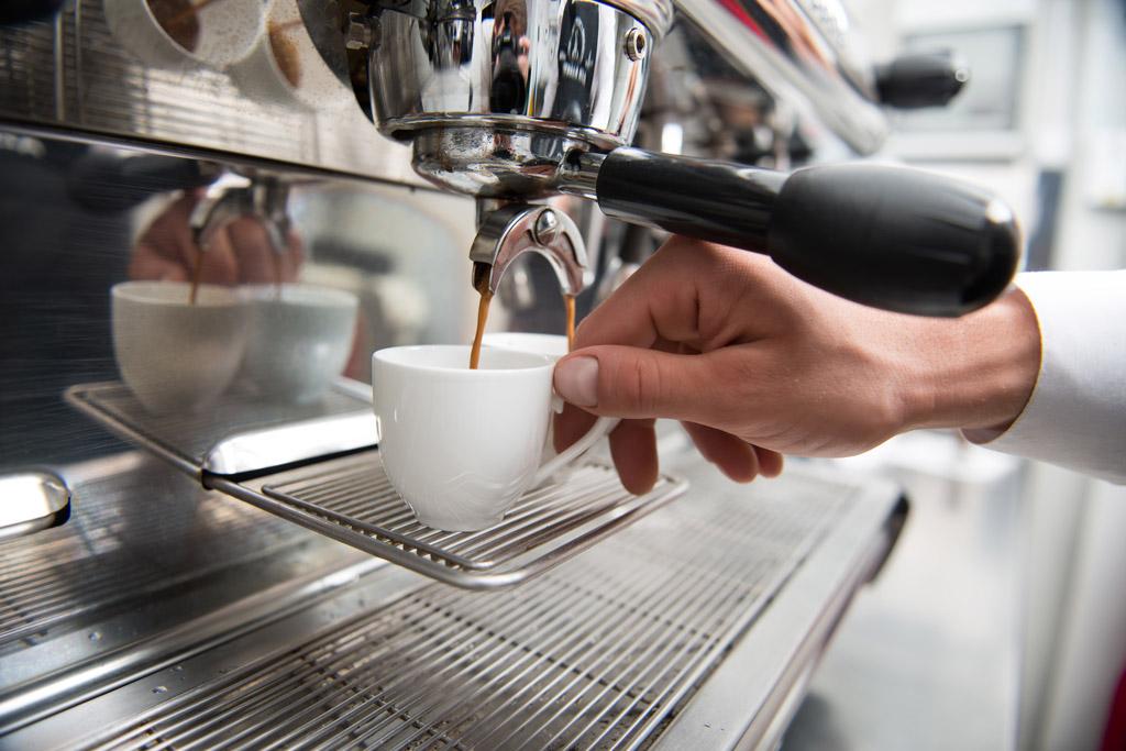 7 věcí, na které si musíte odpovědět, než koupíte profesionální kávovar do kavárny