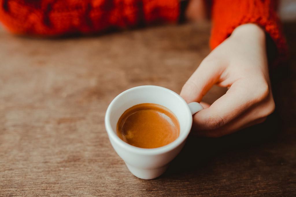 Žena držící espresso